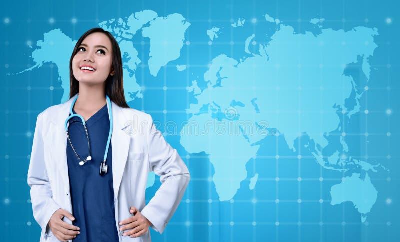 Ładny azjatykci lekarz medycyny z białego żakieta przyglądający up obrazy stock