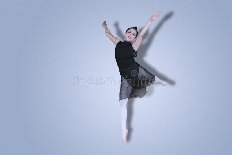 Ładny baleriny spełnianie tanczy na studiu obraz stock