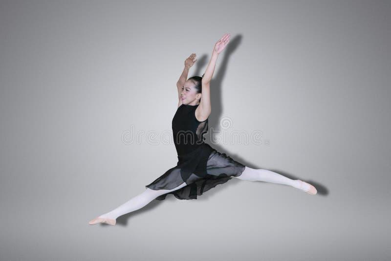 Ładny baletniczego tancerza doskakiwanie na studiu obrazy stock