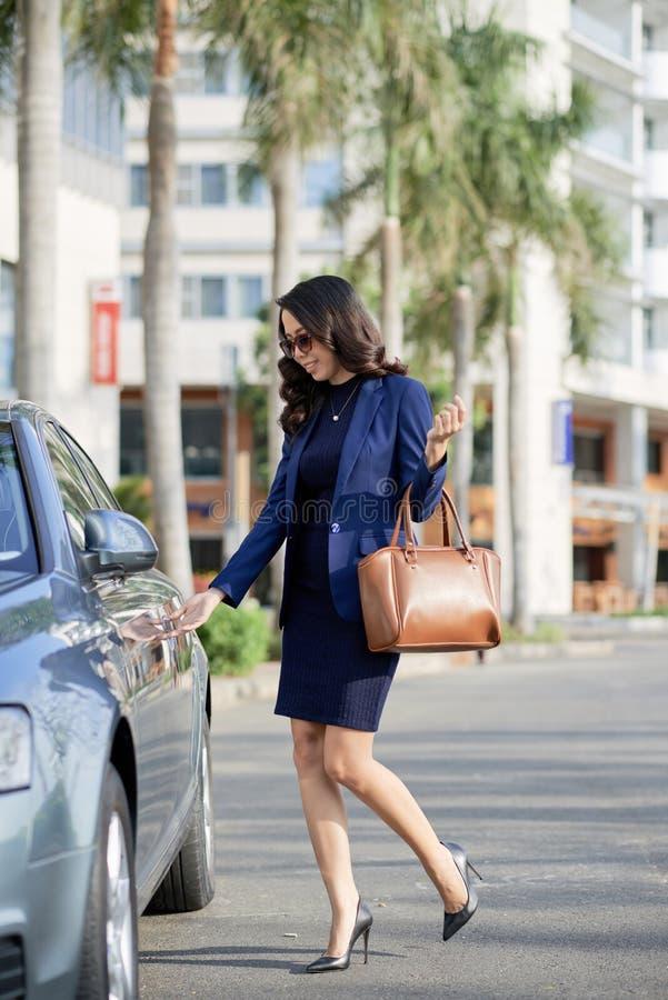 Ładny bizneswoman Śpieszy Pracować obrazy stock