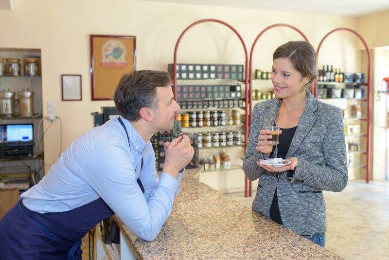 Ładny bizneswoman ma kawę w kawowej fabryce obrazy royalty free