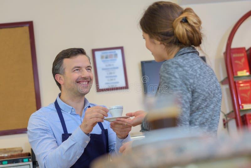 Ładny bizneswoman ma kawę w kawowej fabryce zdjęcia stock