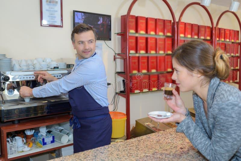 Ładny bizneswoman ma kawę w kawowej fabryce obraz royalty free