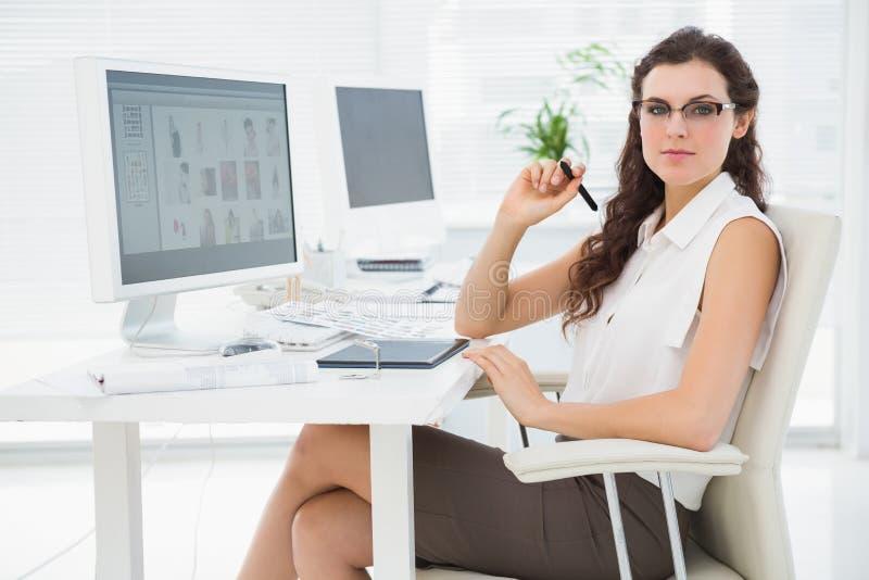 Ładny bizneswoman używa digitizer przy biurkiem zdjęcia stock