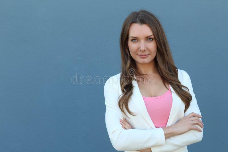 Ładny bizneswoman z rękami krzyżować odizolowywać z kopii przestrzenią fotografia stock