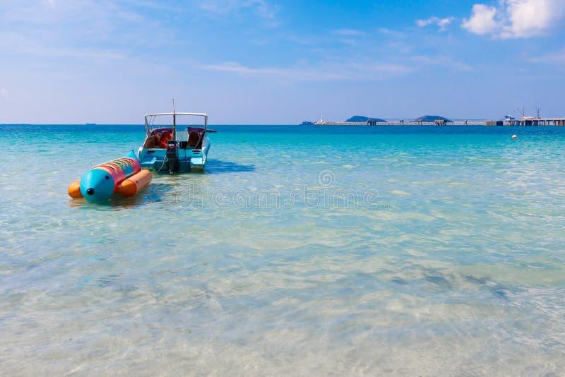 Ładny denna i bananowa łódź przy Sattahip Tajlandia fotografia stock