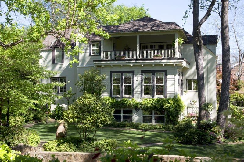 Ładny drewniany dom widział od podwórza zdjęcia royalty free