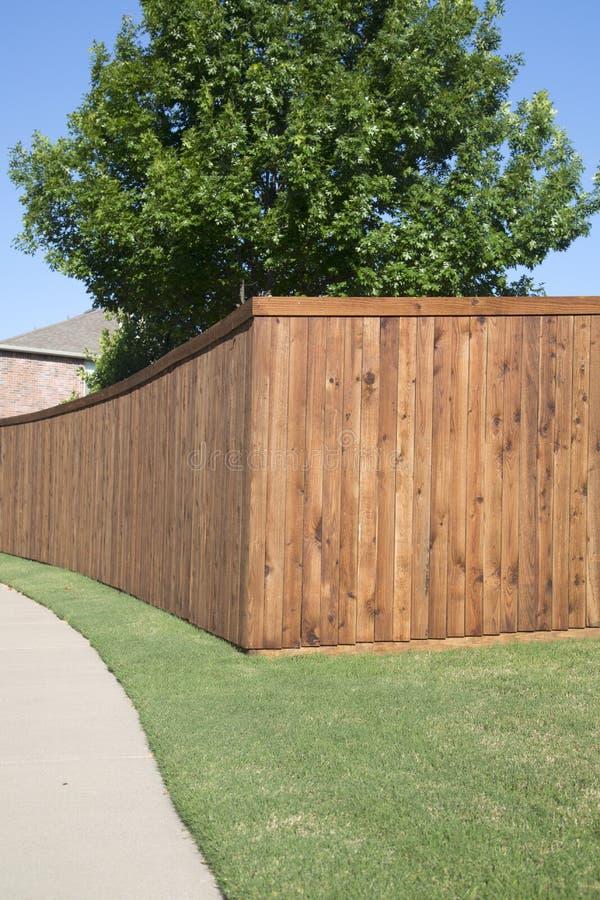 Ładny drewniany ogrodzenie dom w podwórku obrazy stock