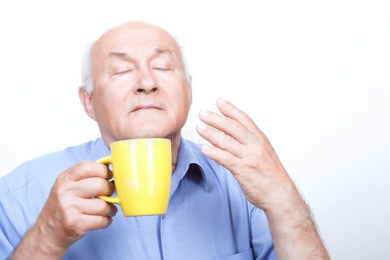 Ładny dziadek wącha herbaciany aromat fotografia stock