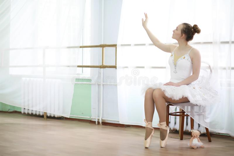 Ładny dziewczyna baletniczego tancerza ćwiczyć zdjęcia royalty free