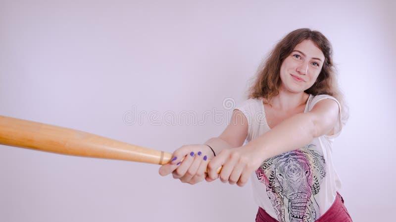 Ładny dziewczyny mienia kij bejsbolowy odizolowywający na bielu obraz stock