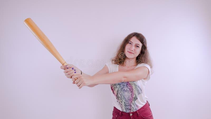 Ładny dziewczyny mienia kij bejsbolowy odizolowywający na bielu fotografia royalty free