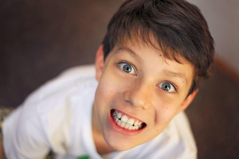 Ładny facet z dużymi oczami ono uśmiecha się dla everyone obraz royalty free
