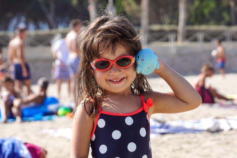 ŁADNY, FRANCJA, Sierpień - 2017: jej małych dziewczynek sztuki przy szczęśliwą plażą Ładny w Francja i uśmiechy fotografia royalty free