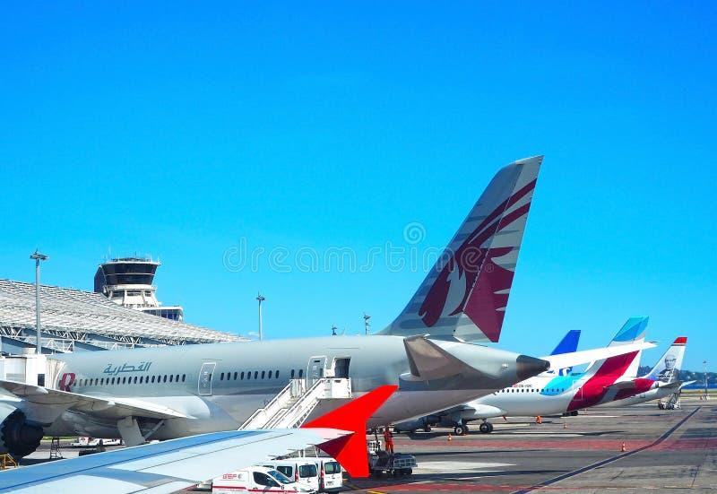 ŁADNY, FRANCJA, Wrzesień - 2017 Samolot przechodzi preflight usługi w Ładny CÃ'te d «Azur lotnisko, Francuski Riviera fotografia royalty free