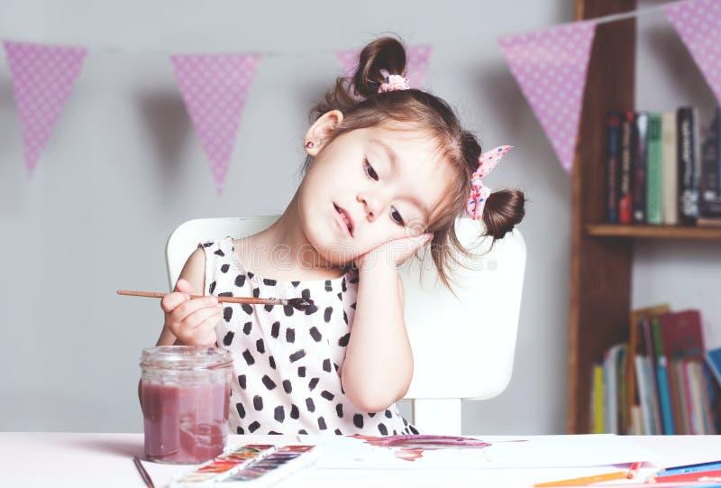 Ładny i śliczny mała dziewczynka obrazu obrazek z akwarelą w studiu Pojęcie edukacja proces obrazy royalty free
