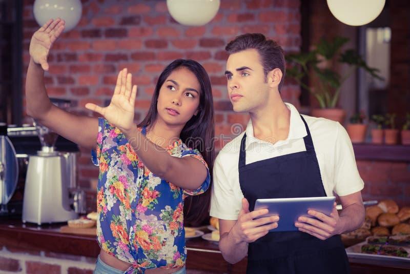 Ładny klient wyjaśnia kelner zdjęcia stock