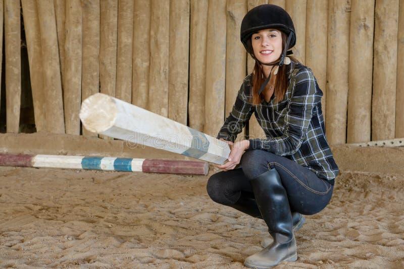 Ładny kobieta jeździec w jeździeckiej szkole zdjęcie royalty free