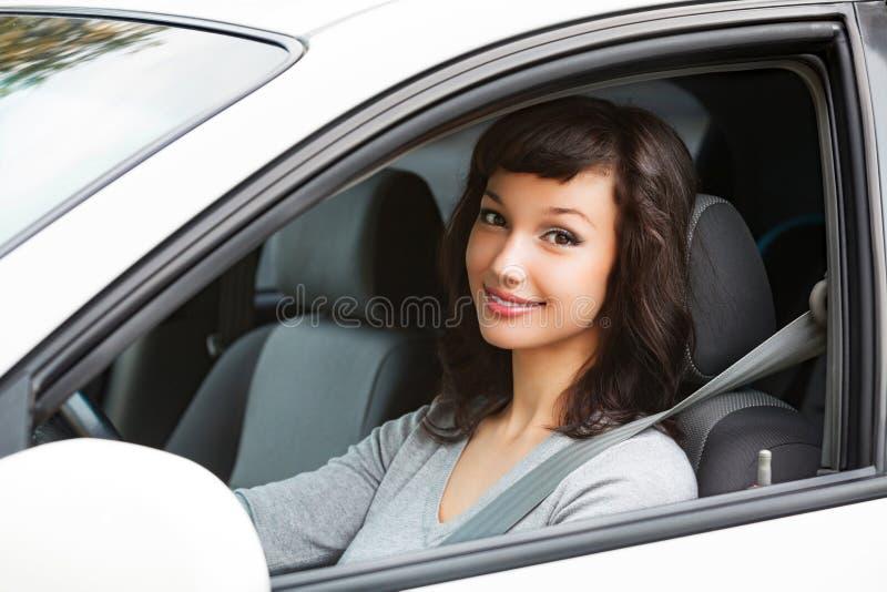 Ładny kobieta kierowca ono uśmiecha się ty zdjęcie stock