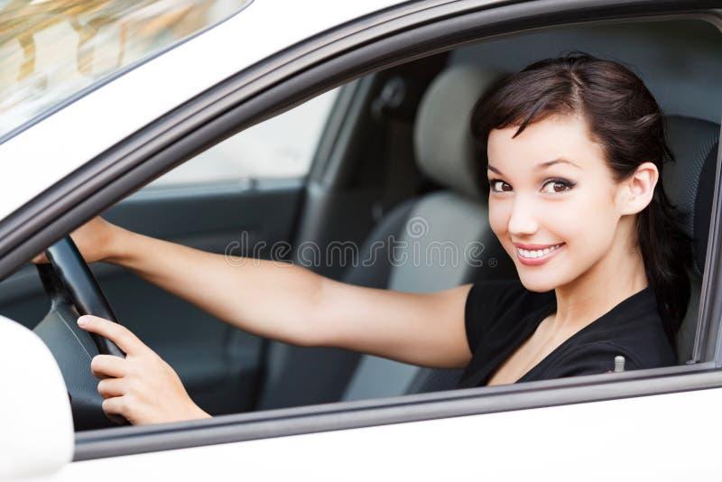 Ładny kobieta kierowca ono uśmiecha się ty zdjęcia stock