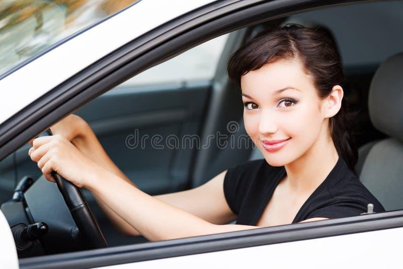 Ładny kobieta kierowca ono uśmiecha się ty obraz royalty free