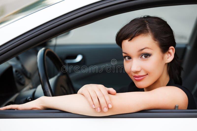 Ładny kobieta kierowca ono uśmiecha się ty obrazy stock