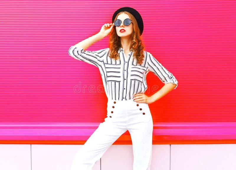 Ładny kobieta model jest ubranym czarnych kapeluszy okularów przeciwsłonecznych biel dyszy zdjęcie royalty free