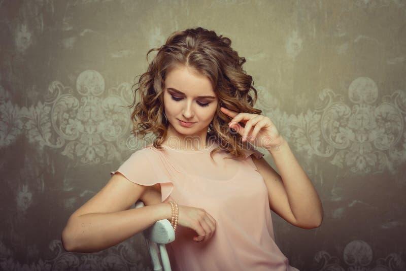 Ładny kobieta portret w lekkim wnętrzu zdjęcie stock
