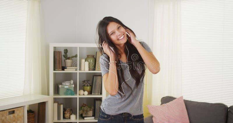 Ładny kobieta taniec w jej żywym pokoju zdjęcie royalty free