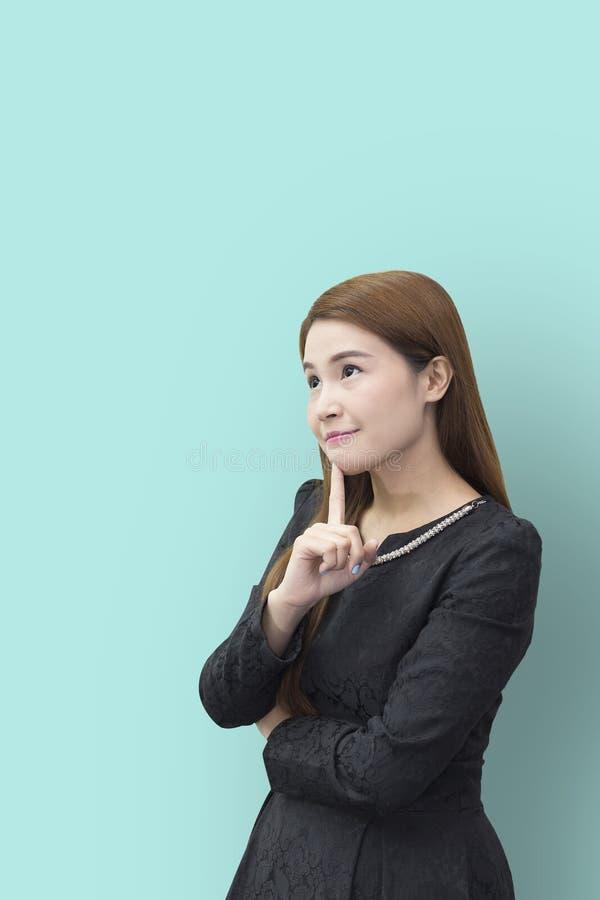 Ładny kobiety akci główkowanie z jasnozielonym tłem zdjęcia stock