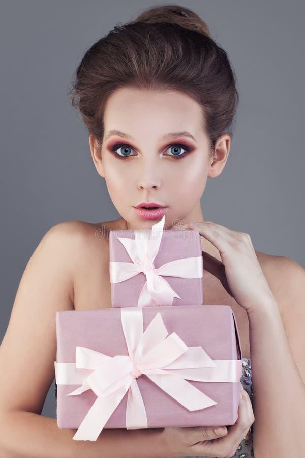 Ładny kobiety i prezenta pudełko obraz stock
