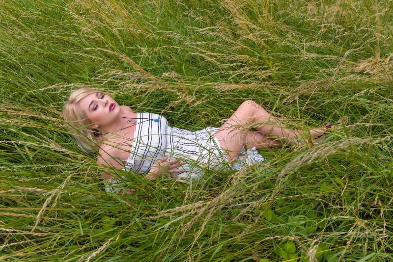 Ładny kobiety lying on the beach w łące fotografia royalty free