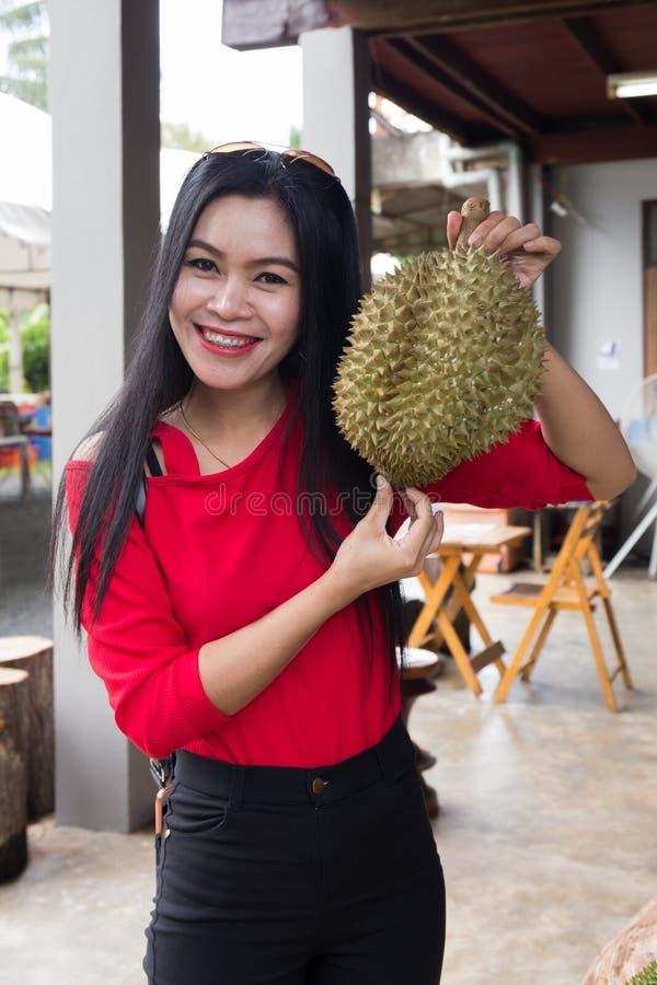 Ładny kobiety mienia Durian obrazy royalty free