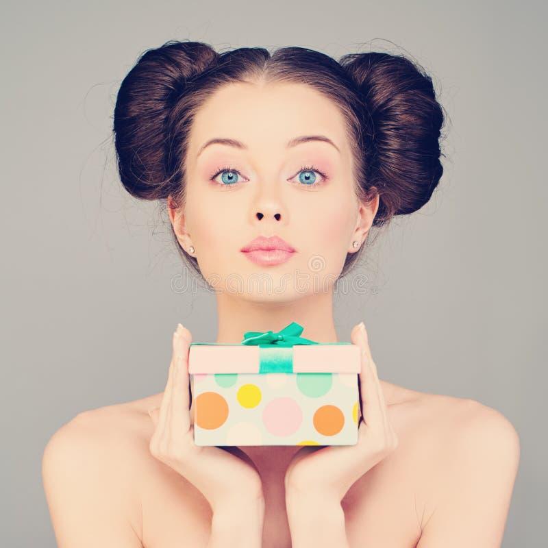 Ładny kobiety mienia prezent zdjęcie stock