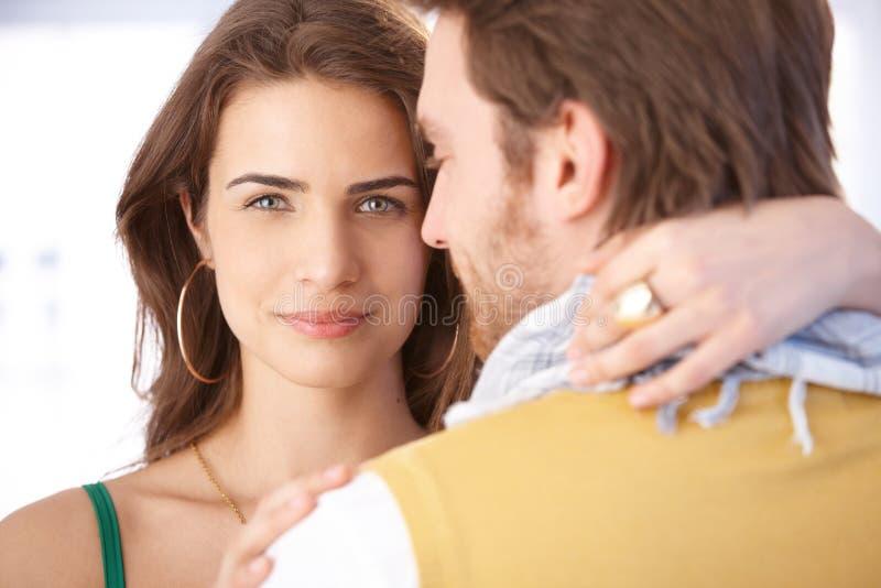 Ładny kobiety obejmowania mężczyzna ono uśmiecha się zdjęcie royalty free