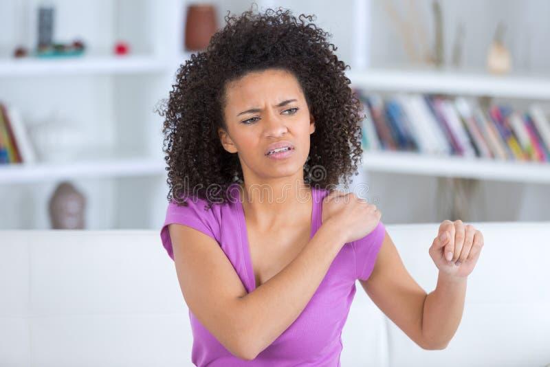 Ładny kobiety uczucia ręki ból w domu zdjęcie royalty free