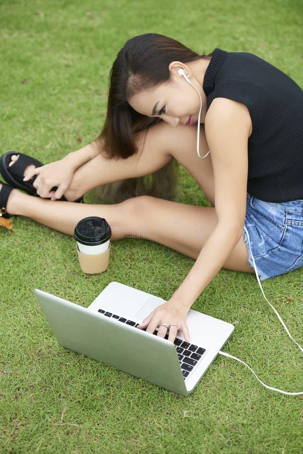 Ładny kobiety watchig film na laptopie fotografia stock