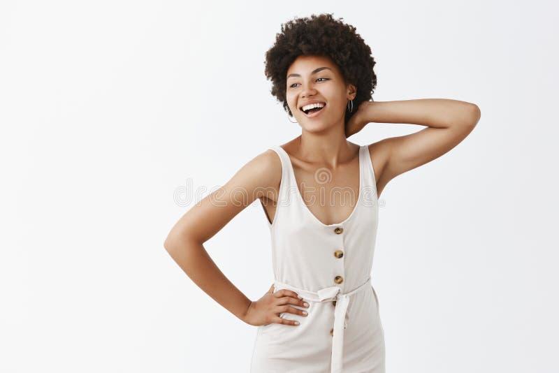 Ładny lato wieczór cieszyć się przyjęcia outdoors Portret elegancki beztroski atrakcyjny amerykanin afrykańskiego pochodzenia z a zdjęcia royalty free