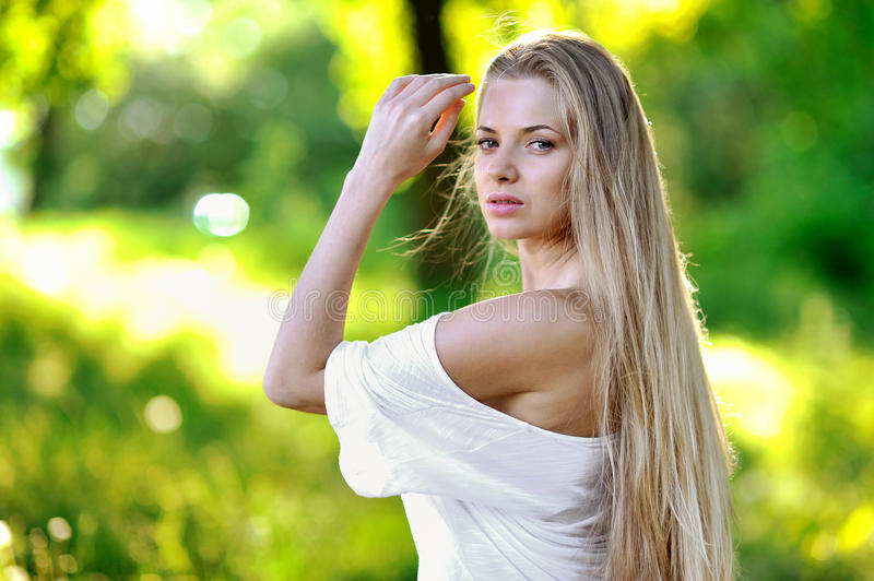 Ładny młoda dziewczyna portret w zmierzchu zdjęcie stock