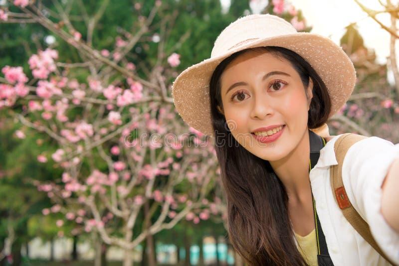 Ładny młoda kobieta turysta bierze selfie portret zdjęcia royalty free