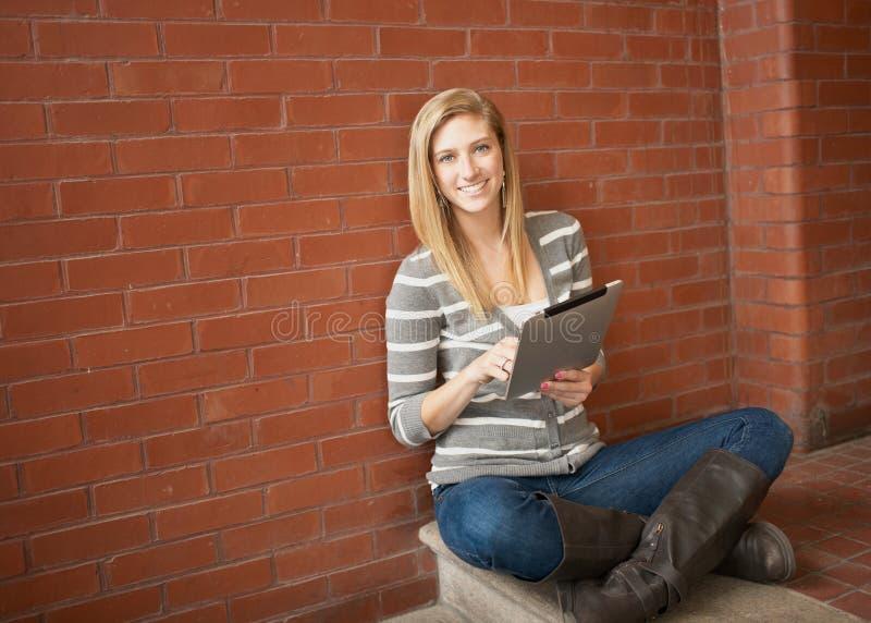 Ładny młoda kobieta uczeń zdjęcie stock
