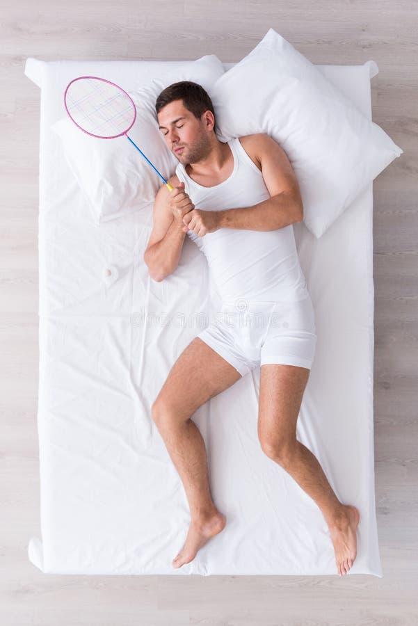 Ładny młodego człowieka dosypianie na łóżku zdjęcie stock