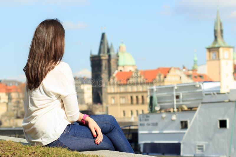 Ładny młodej dziewczyny relaksować i oglądać/siedzi blisko rzeką zdjęcia stock