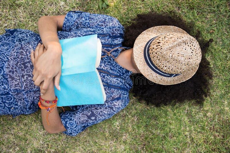 Ładny młodej kobiety drzemanie w parku zdjęcia royalty free