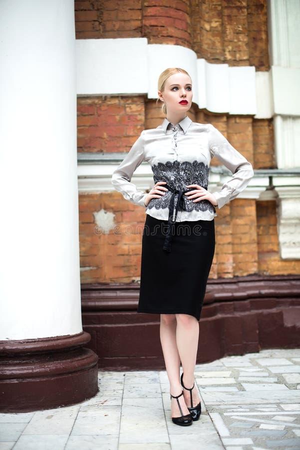 Ładny młody biznesowej kobiety być ubranym formalny odziewa zdjęcia stock