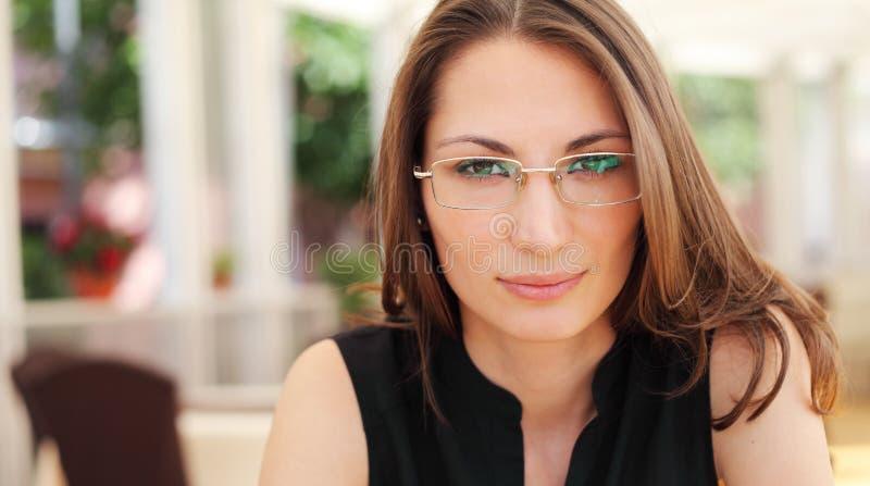 Ładny młody bizneswoman w kawiarni obraz royalty free