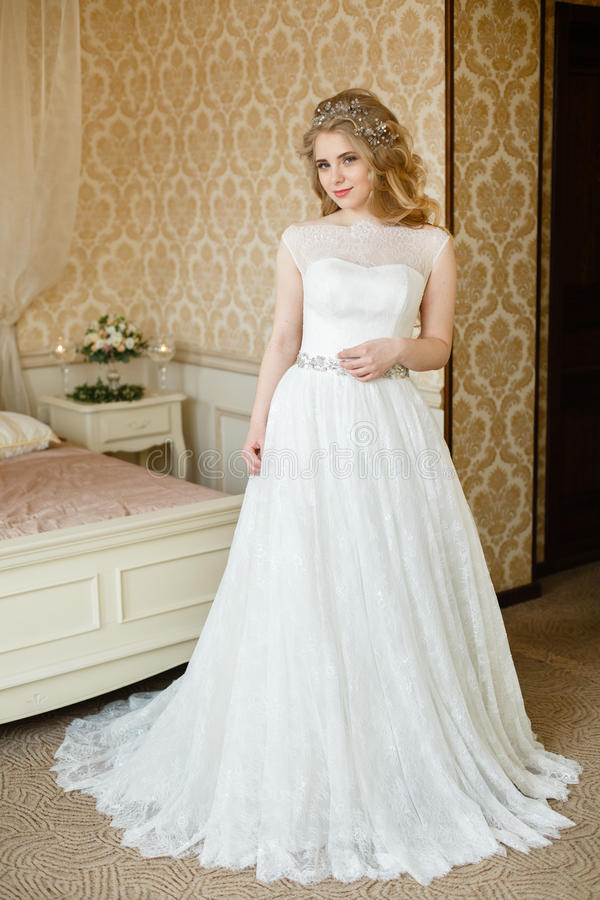Ładny młody panny młodej ` s ślubny ranek zdjęcia royalty free