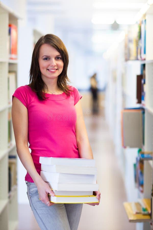 Ładny młody student collegu w bibliotece zdjęcie stock