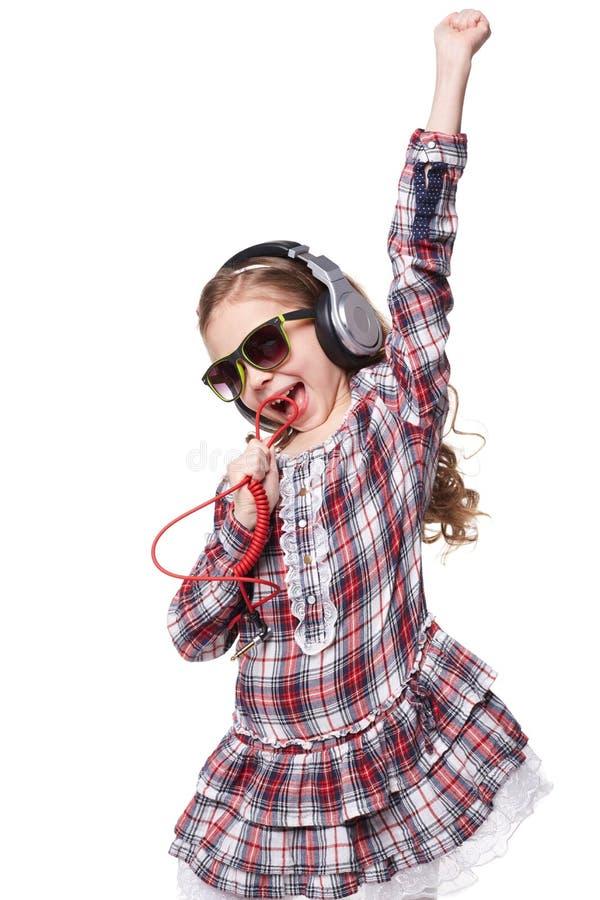 Ładny mała dziewczynka śpiew w imaginacyjnym mikrofonie zdjęcie royalty free