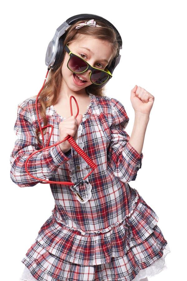 Ładny mała dziewczynka śpiew w imaginacyjnym mikrofonie obrazy royalty free